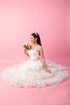 핑크 스튜디오에서 아름 다운 아시아 신부 초상화
