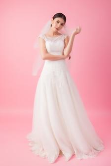 핑크에서 아름 다운 아시아 신부 초상화