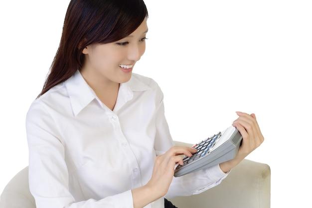 계산기와 아름 다운 아시아 사업가입니다.