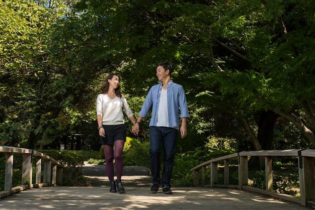 Красивая азиатская пара знакомства в парке