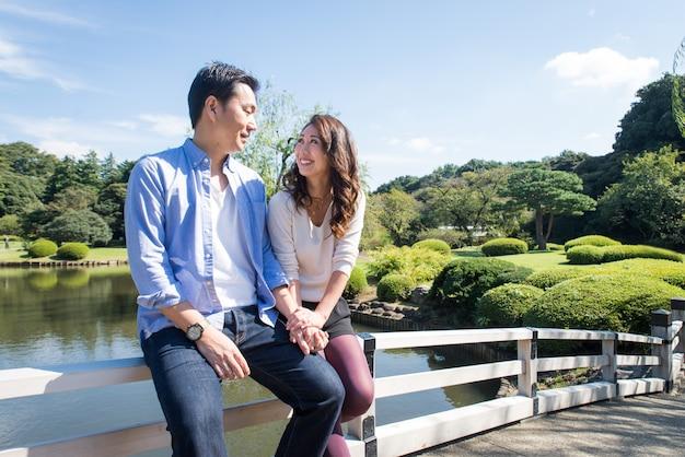 공원에서 데이트하는 아름 다운 아시아 부부
