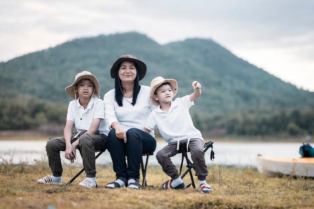 ピクニックやイースターの夏のパーティーをしている美しいアジアの家族