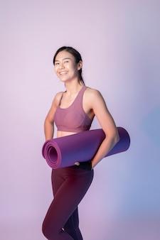 Красивая азиатская женщина фитнеса в студии