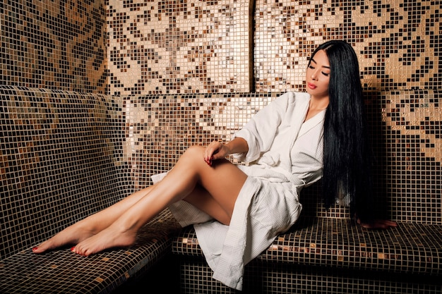 터키 hamam에서 긴 검은 머리와 긴 다리와 수건에 아름 다운 아시아 여자