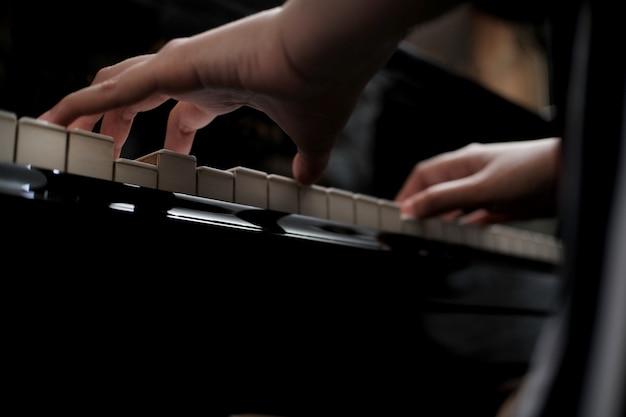 아름 다운 아시아 여자 피아노 연주를 배웁니다.