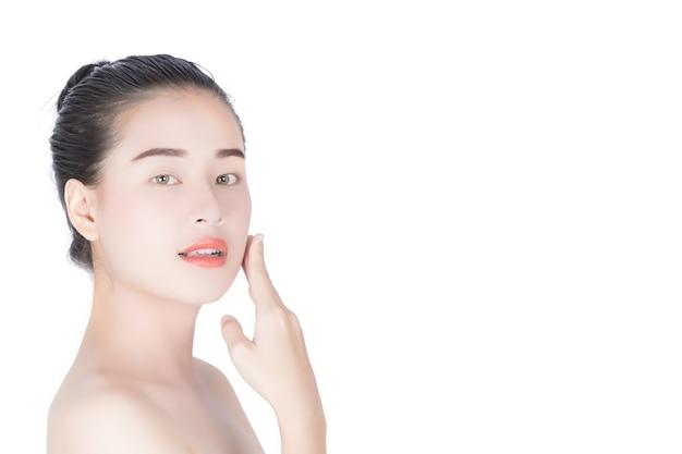 彼女の顔に美しいアジアの女の子。