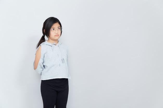 分離された白い背景の美しいアジアの女の子