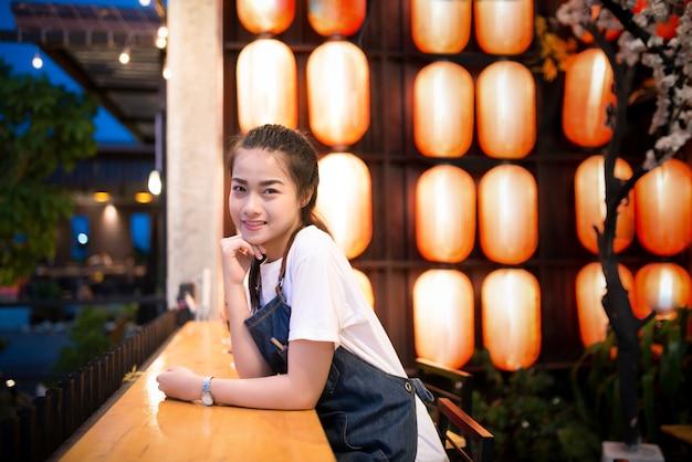 Красивая азиатская девушка делает фото в японском ресторане