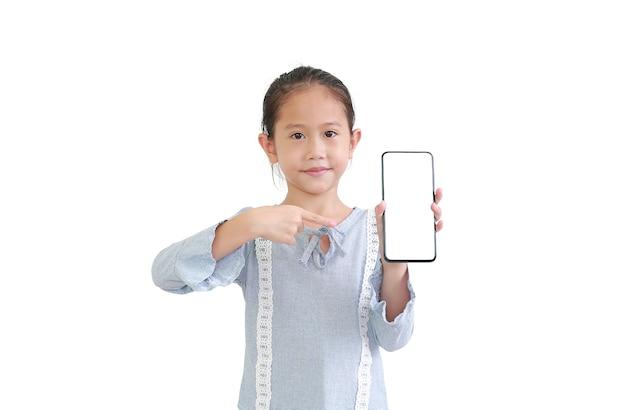 아름 다운 아시아 작은 아이 스마트 폰 들고 빈 흰색 화면에서 가리키는