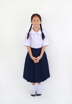 태국 학교 유니폼 서 흰색 배경에 고립에서 아름 다운 아시아 작은 여자 아이. 전체 길이