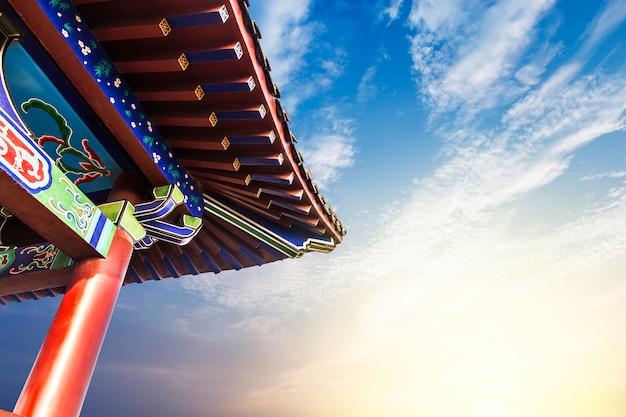 Красивый азиатский храм на фоне голубого неба