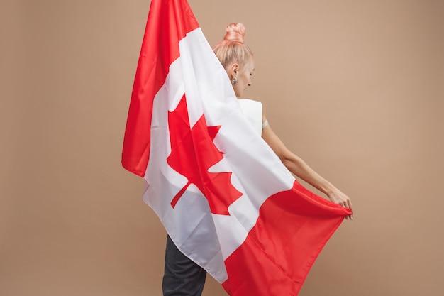 캐나다 국기 앞에 서 있는 아름다운 아시아 여성, 스포츠 팬