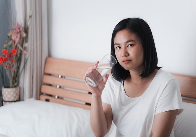 Красивая азиатская женщина питьевой воды