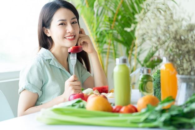 植物ベースの食事を楽しんでいる美しいアジアの女性
