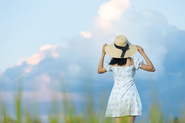 쌀 필드에서 즐기는 아름 다운 아시아 여자
