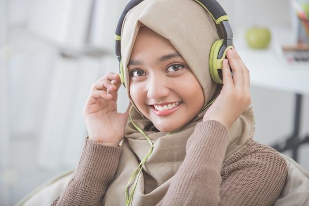 音楽を楽しむ美しいアジアの女性