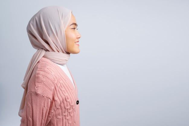 白で横向きの美しいアジアの女性
