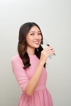 Красивая азиатская женщина держа бутылку воды. концепция здравоохранения.