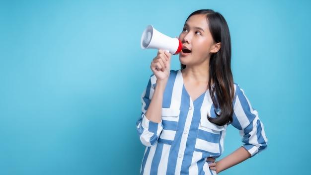 Красивая азиатская женщина, держащая мегафон
