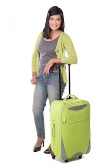 Красивая азиатская женщина держа чемодан