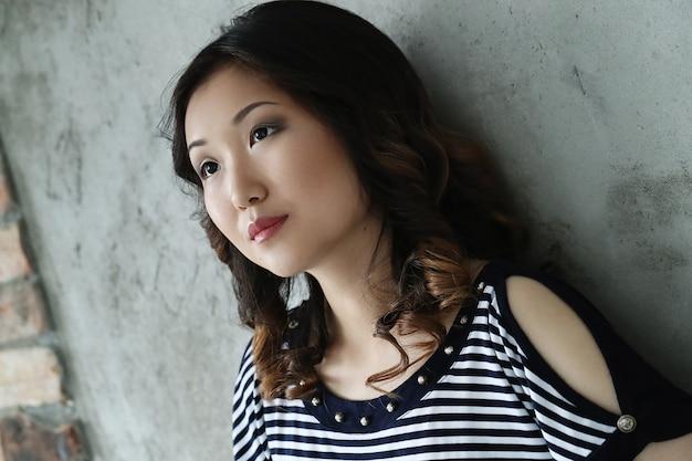 Bella donna asiatica a casa