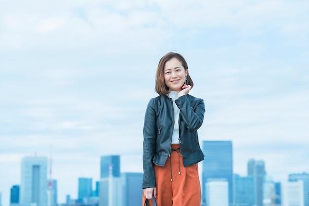 Красивая азиатская женщина в элегантном повседневном наряде