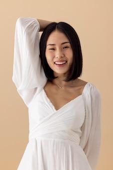 Красивая азиатская женщина в белом платье