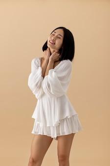 하얀 드레스를 입은 아름다운 아시아 여성