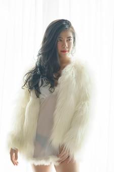 행복 하 게 하얀 드레스를 입고 아름 다운 아시아 여자