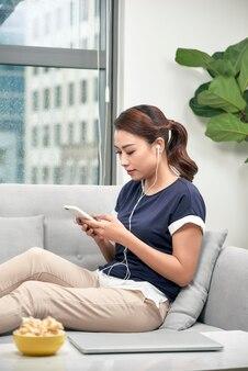 스마트폰으로 음악을 듣는 아름다운 아시아 여성