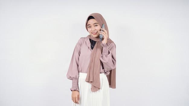 흰색 배경에 고립되어 행복하다고 느끼는 아름다운 아시아 여성