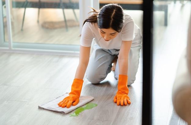 바닥을 청소하는 아름다운 아시아 여성