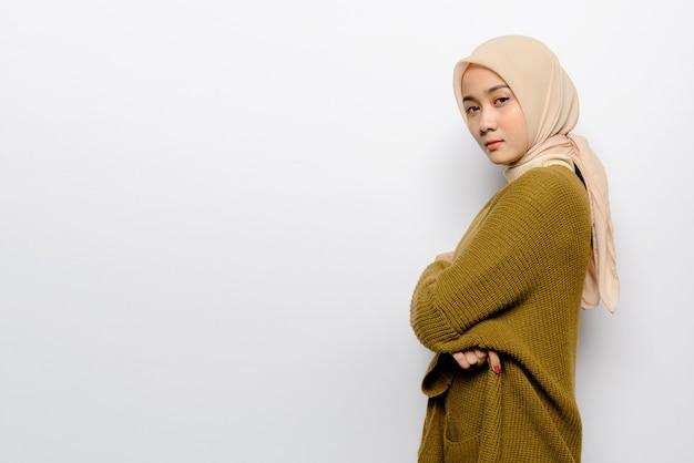 白い背景の上の美しいアジアの女性