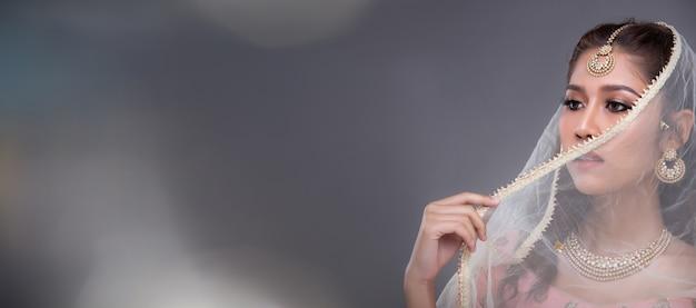 전통 의상을 입고 포즈를 취하는 아름 다운 아시아 여자