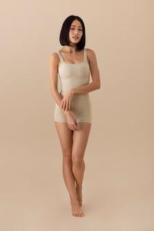 아름 다운 아시아 여자 포즈
