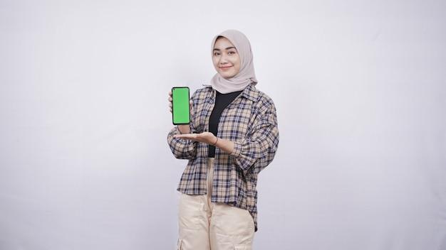 Красивая азиатская женщина, показывающая экран смартфона, изолированные на белом фоне