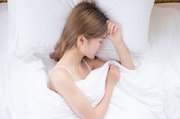 침대에서 자 고 아름 다운 아시아 여자