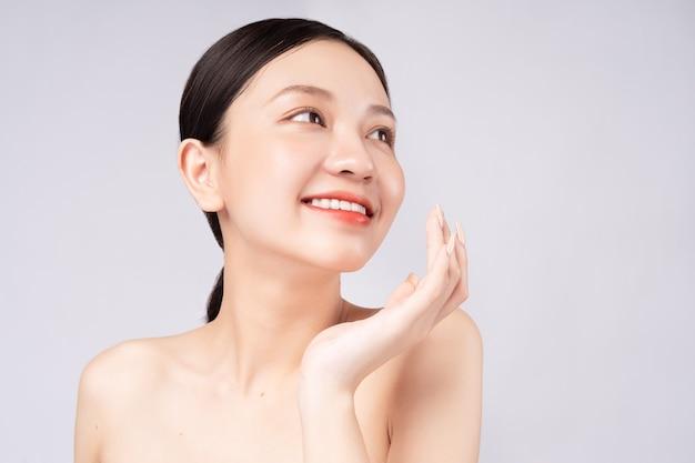 美しい肌で笑顔の美しいアジアの女性