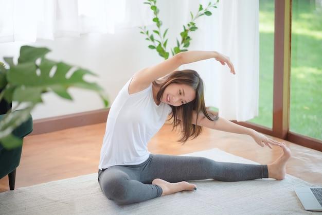 건강한 트렌드 라이프 스타일을 위해 집에서 운동하여 적합 유지 아름다운 아시아 여자