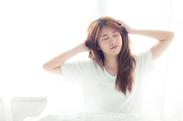 Красивая азиатская женщина растягивается и расслабляется