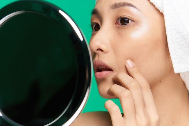 고립 된 그녀의 피부를 돌보는 아름 다운 아시아 여자