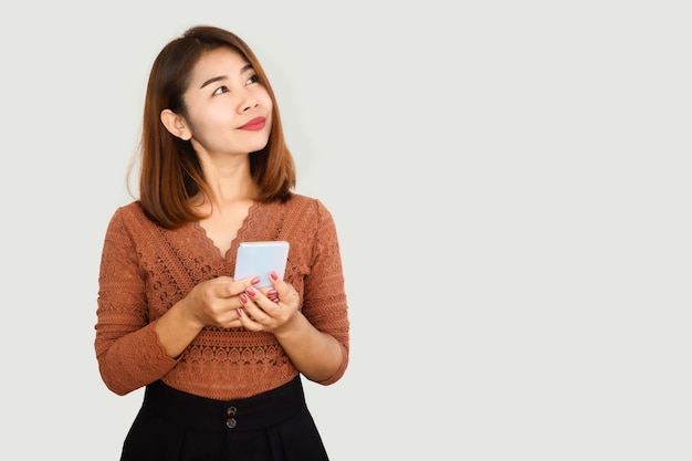 携帯電話を使用して美しいアジアの女性