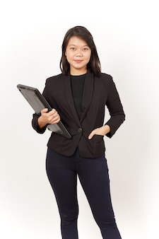 흰색 배경에 고립 된 노트북을 들고 검은 양복을 입고 아름 다운 아시아 여자