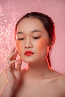 化粧をしている美しいアジアの女性