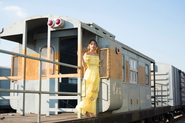 黄色のドレスを着ている美しいアジアの女性。