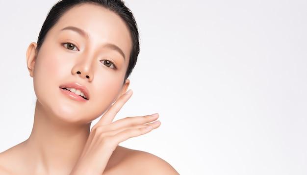 新鮮な健康的な肌と美しいアジアの女性