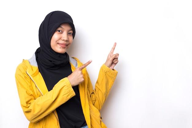 Красивая азиатская женщина с портретом хиджаба на белом пространстве