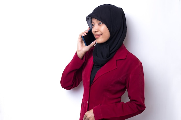 Красивая азиатская женщина с портретом хиджаба с помощью телефона на белом пространстве
