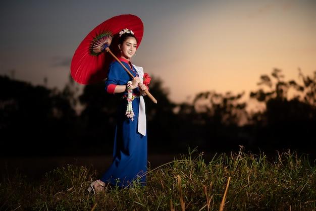 Красивые азиатские женщины в традиционном тайском костюме