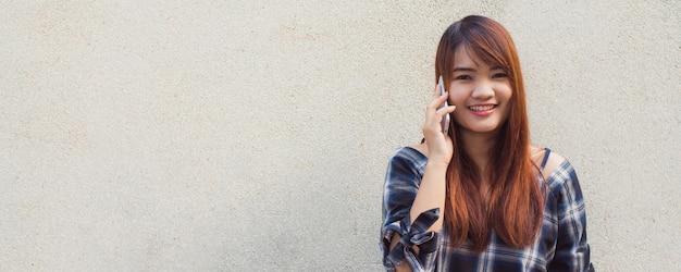 Красивая азии женщина разговаривает по мобильному телефону